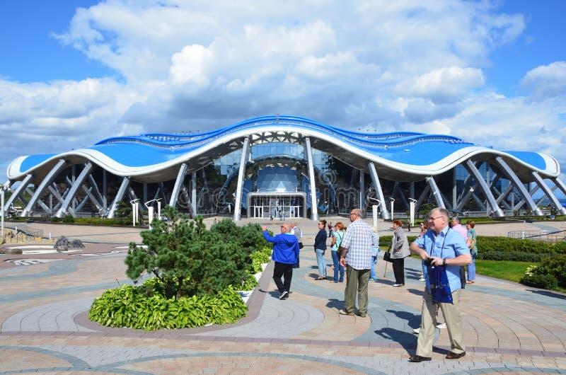 符拉迪沃斯托克,俄罗斯, 2017年9月, 14日 走在海岛俄国人Russky的Oceanarium附近的人们符拉迪沃斯托克的 库存照片