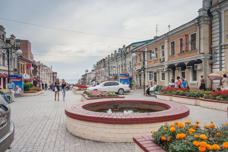 符拉迪沃斯托克,俄罗斯-大约2012年8月:人们、符拉迪沃斯托克,俄罗斯路和街道  免版税库存图片