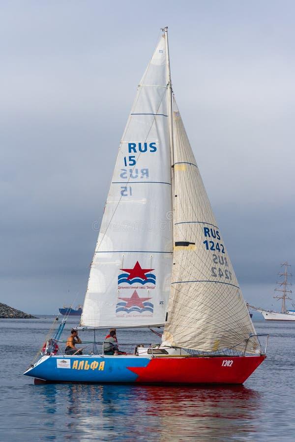 符拉迪沃斯托克,俄罗斯-大约2012年8月:彼得大帝海湾杯的-在符拉迪沃斯托克,俄罗斯的航行的小船种族赛船会 免版税库存照片