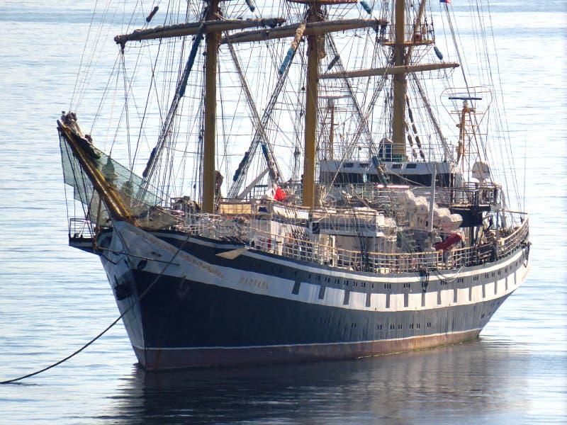 符拉迪沃斯托克, kray的Primorsky/俄罗斯- 2018年9月17日:在船锚的帆船tallship Pallada在口岸符拉迪沃斯托克停泊处 库存照片