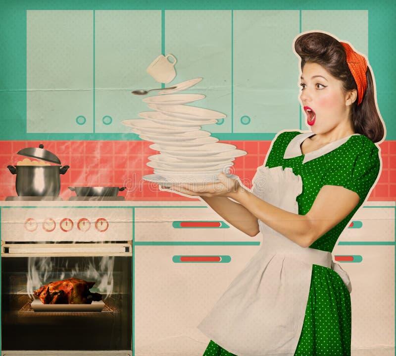 笨拙的主妇和俯视的烤鸡在烤箱 免版税库存照片