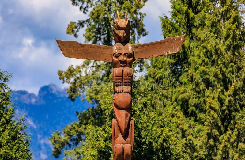 第一个国家美洲印第安人图腾柱在史丹利公园在范 免版税库存图片