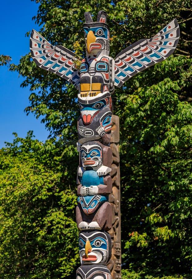 第一个国家美洲印第安人雷鸟标识杆在斯坦利 库存照片