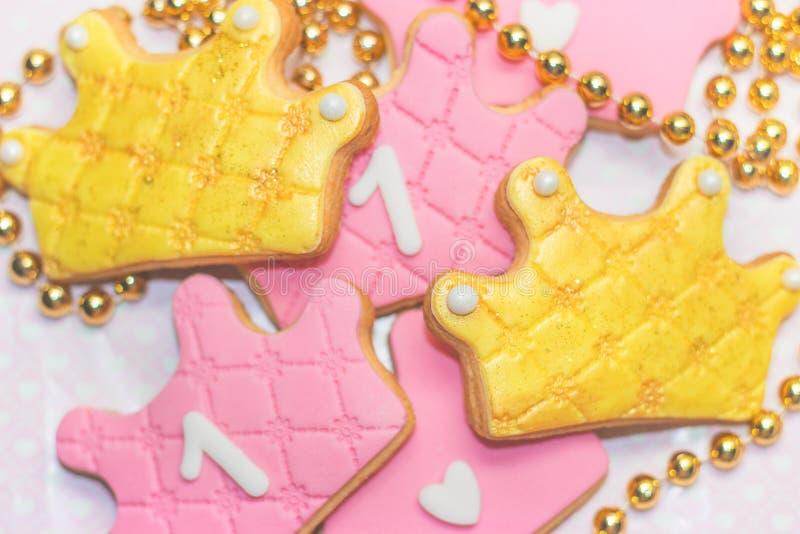 第一个生日曲奇饼-曲奇饼和白色装饰的多福饼, w 库存图片