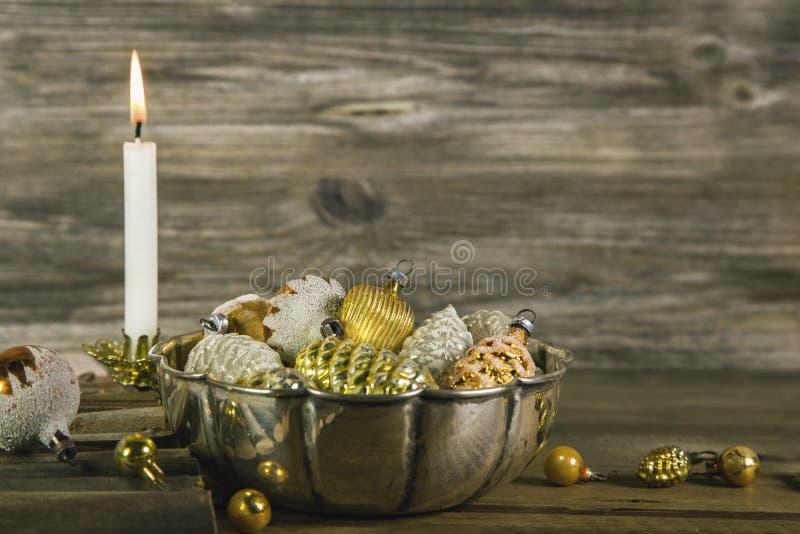 第一出现:在金子和银的圣诞节装饰与whi 免版税库存照片