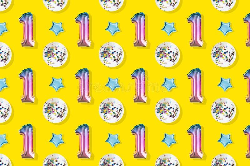 第一和在粉红彩笔背景的球形的箔气球  Minimalistic结构的金属气球 免版税库存照片