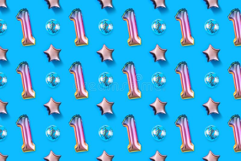 第一和在粉红彩笔背景的球形的箔气球  Minimalistic结构的金属气球 免版税库存图片
