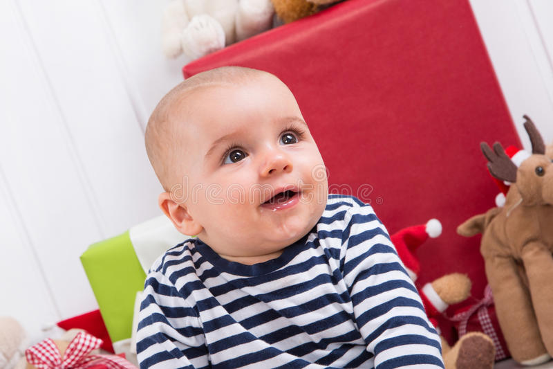 第一圣诞节:在礼物-儿童眼睛中的婴孩 免版税库存图片
