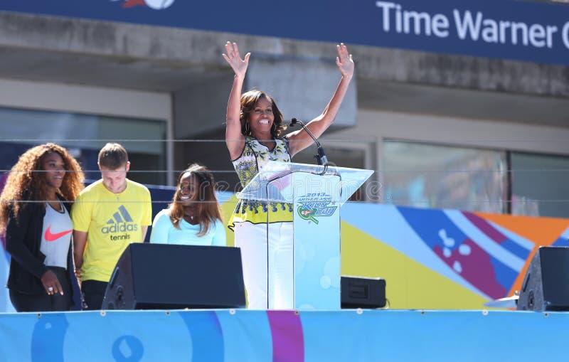 第一夫人米歇尔・奥巴马鼓励孩子停留活跃亚瑟・阿什孩子天在比利・简・金国家网球中心 库存图片