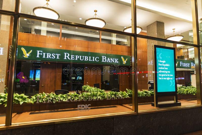 第一家共和国银行银行分行在晚上在纽约,美国 库存图片