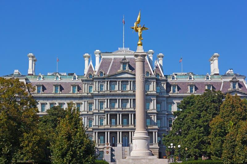 第一座分部纪念碑和艾森豪威尔行政办公室大厦在华盛顿特区 免版税库存照片