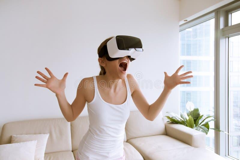 第一次使用VR玻璃的激动的妇女 免版税库存图片