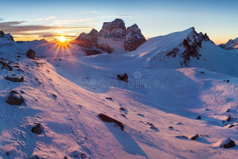 第一雪在阿尔卑斯 在白云岩山的意想不到的日出,波尔扎诺自治省,意大利在冬天 意大利高山全景白云岩 免版税库存图片
