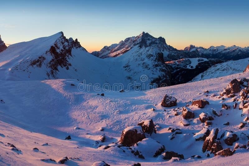 第一雪在阿尔卑斯 在白云岩山的意想不到的日出,波尔扎诺自治省,意大利在冬天 意大利高山全景白云岩 库存照片