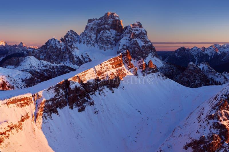 第一雪在阿尔卑斯 在白云岩山的意想不到的日出,波尔扎诺自治省,意大利在冬天 意大利高山全景白云岩 免版税库存照片
