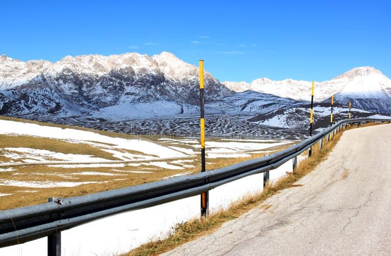 第一雪在Gran Sasso公园,亚平宁山脉,意大利 库存照片