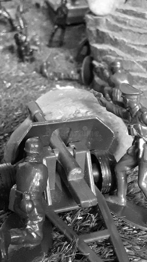 第二次世界大战争斗的重建,枪在石头前面站立,在tn旁边 库存照片