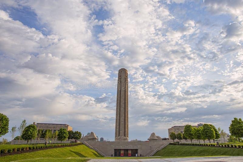 第二次世界大战纪念品,堪萨斯城大厦,蓝天 库存图片
