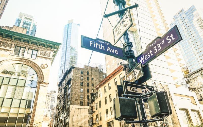 第五个Ave和西部第33个St的路牌在纽约-曼哈顿 免版税图库摄影