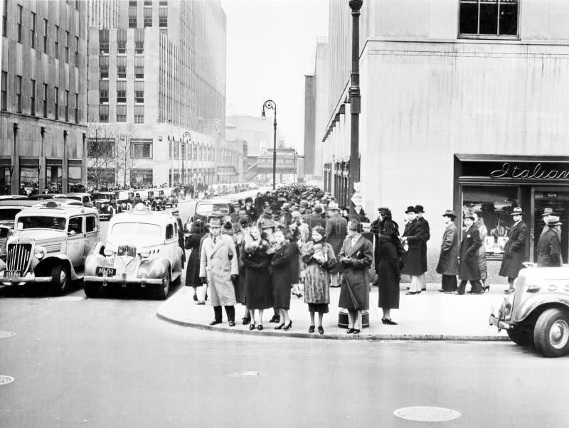 第五大道和第50条街道(洛克菲勒广场在左边),纽约, NY,大约1938年(所有人被描述不是更长的锂 免版税库存照片