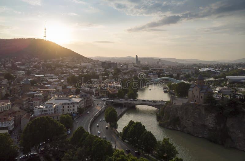 第比利斯、乔治亚、第比利斯,乔治亚,在山的看法日落和都市风景空中都市风景在backround 免版税库存照片