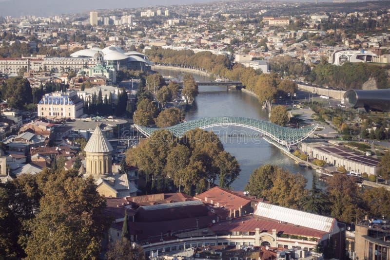 第比利斯乔治亚空中寄生虫视图,库那河和第比利斯都市风景从上面老镇  免版税图库摄影