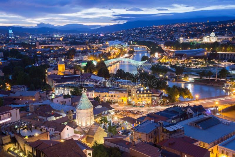 第比利斯乔治亚风景顶视图在晚上点燃照明 库存图片
