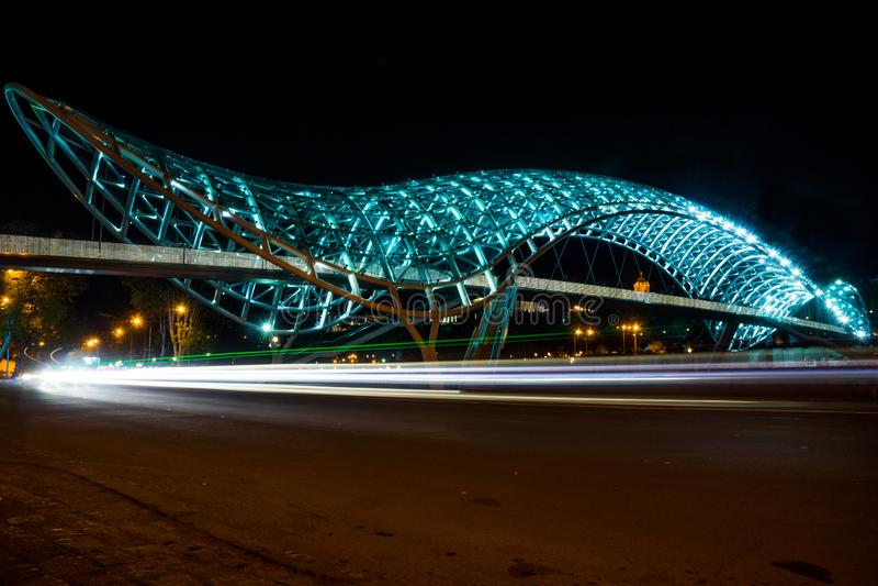 第比利斯和平桥梁在晚上 免版税库存图片