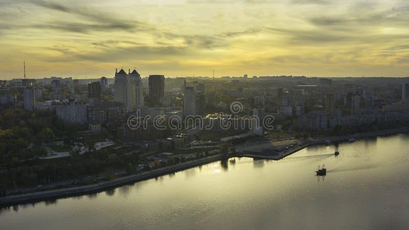 第聂伯河海岸线在反对秋天日落的Dnipro市 免版税库存图片