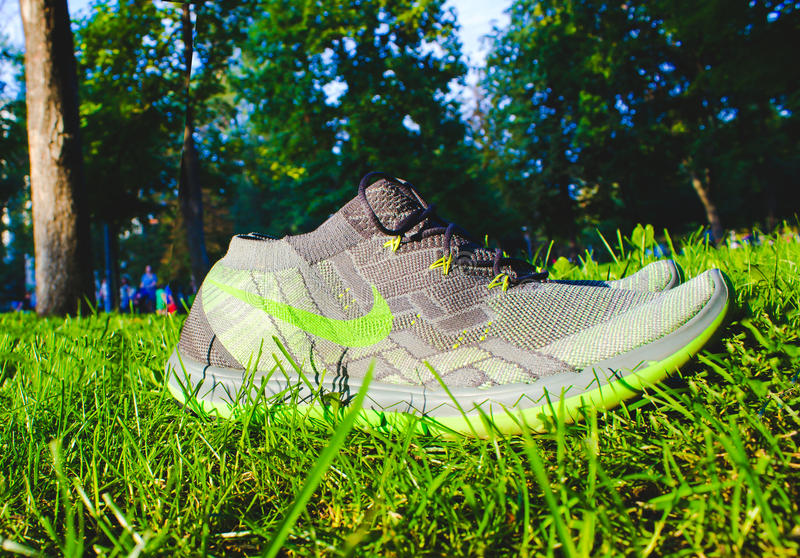 第聂伯罗彼得罗夫斯克,乌克兰- 2016年8月, 21 :在绿草-说明社论的新式的耐克鞋子 免版税库存图片
