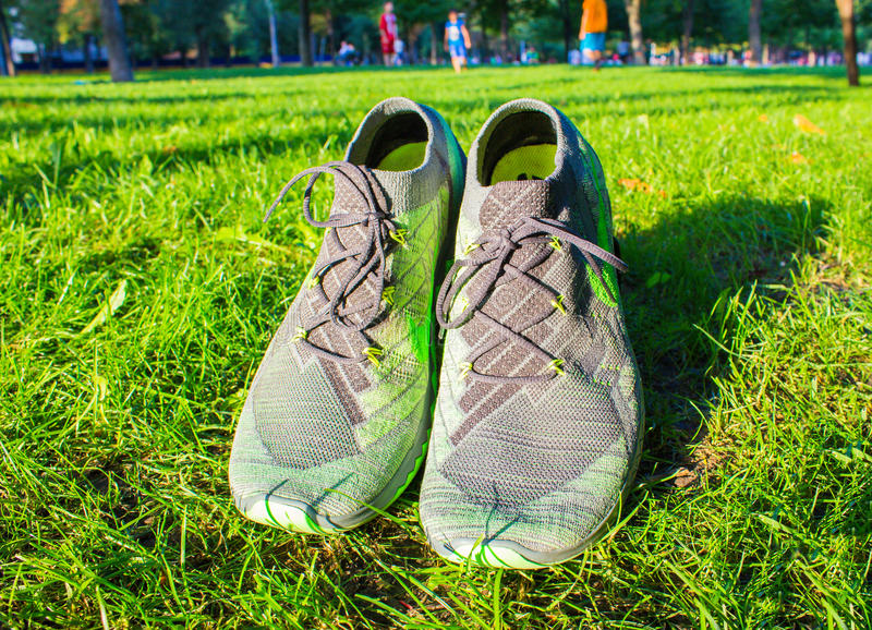第聂伯罗彼得罗夫斯克,乌克兰- 2016年8月, 21 :在绿草-说明社论的新式的耐克鞋子 图库摄影