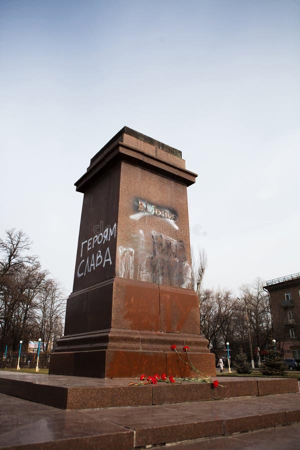 第聂伯罗捷尔任斯克,乌克兰2014年2月23日:示威者destr 免版税图库摄影