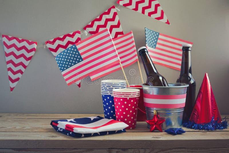 第4与美国旗子的7月庆祝 党的表安排 免版税库存照片