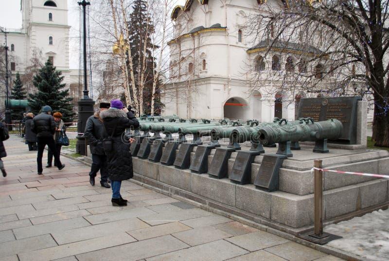 17第18个世纪的俄国战斗工具 古老枪 克里姆林宫的视域 莫斯科 库存图片