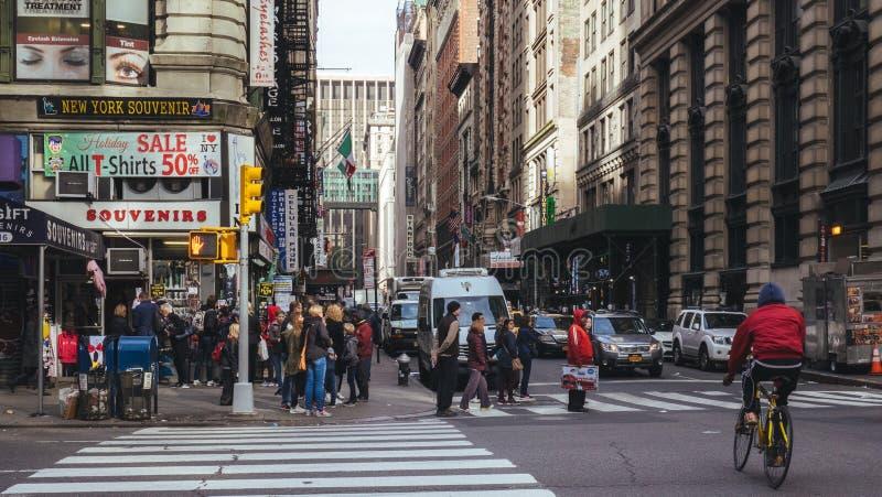 第5个和第32个st,纽约的拥挤街道交叉点 图库摄影