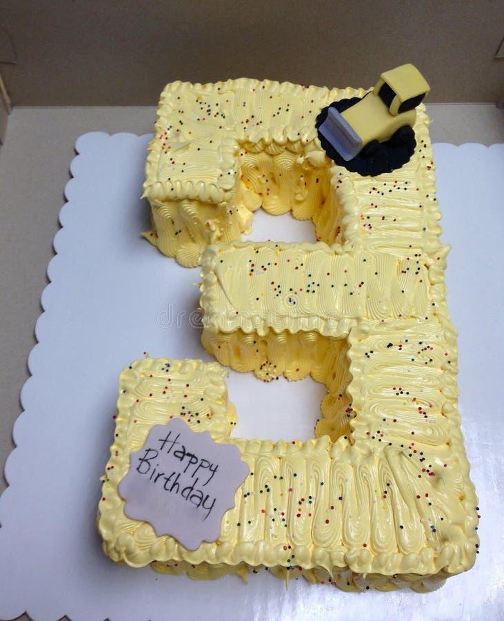 第3个生日黄蛋糕 免版税库存照片
