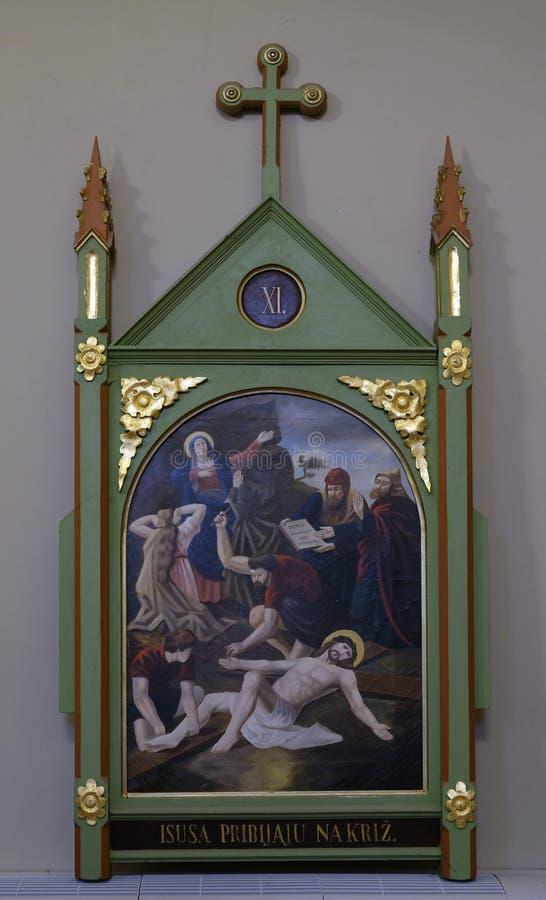 第11个苦路,在十字架上钉死 库存图片