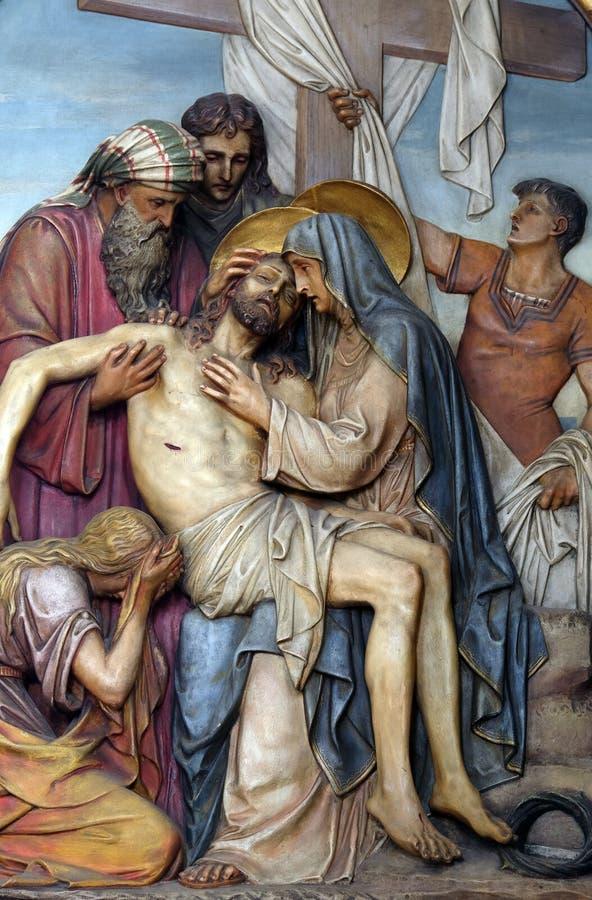 第13个苦路,耶稣'身体从十字架被去除 库存照片