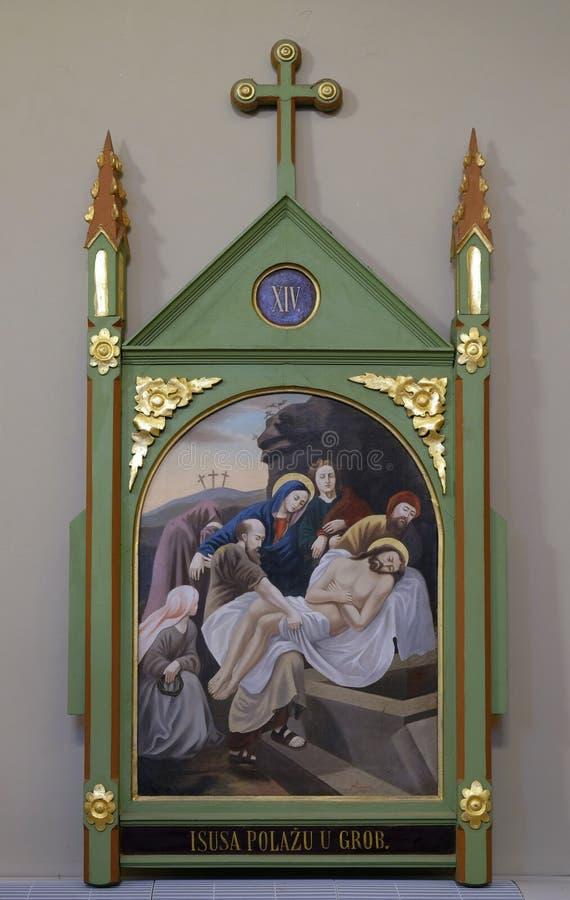 第14个苦路,耶稣在坟茔在香火被放置并且被盖 免版税库存照片