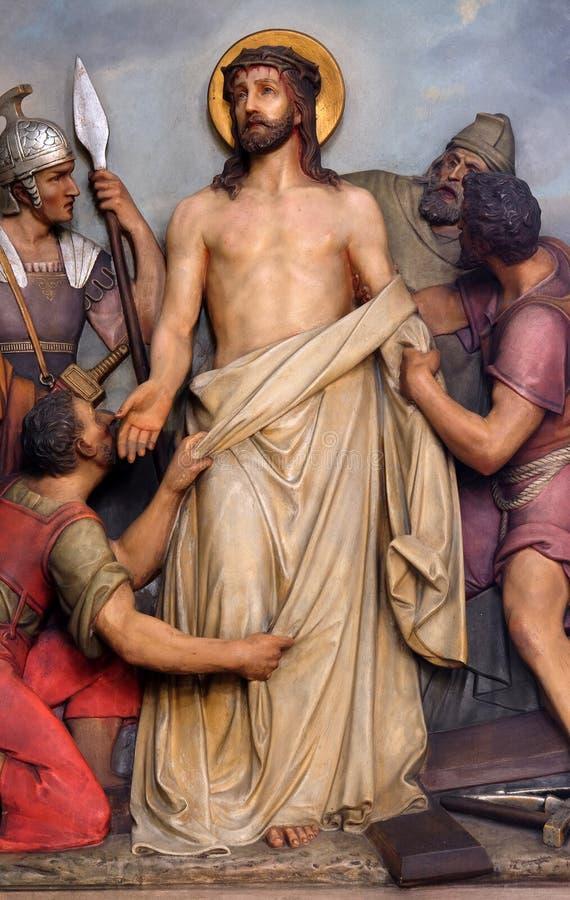 第10个苦路,耶稣被剥离他的服装 库存照片