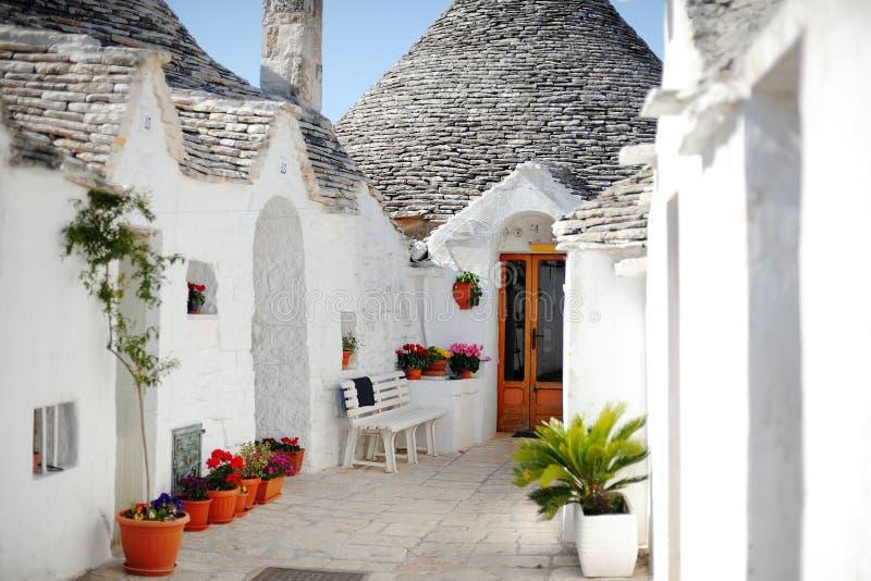 第15个alberobello apulia巴里世纪圆锥形干燥功能森林建立的房子意大利地产宝石的做的橡木原来地省屋顶典型石石头的trulli是空白的 免版税库存照片