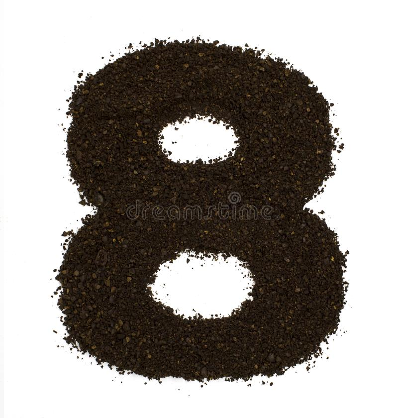 第8八被隔绝的做了碎粗糙的咖啡在白色 平的位置,顶视图 库存图片