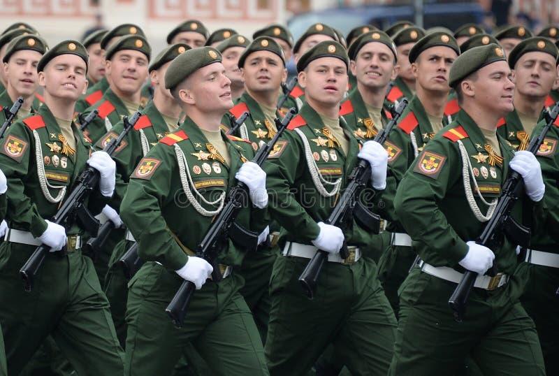 第27分开的卫兵动力化的步枪塞瓦斯托波尔红色横幅旅团的战士在游行期间的在红场 免版税库存照片