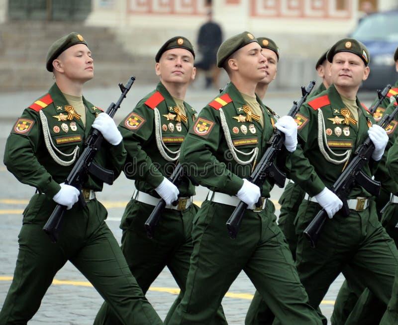 第27分开的卫兵动力化的步枪塞瓦斯托波尔红色横幅旅团的战士在游行期间的在红场 图库摄影