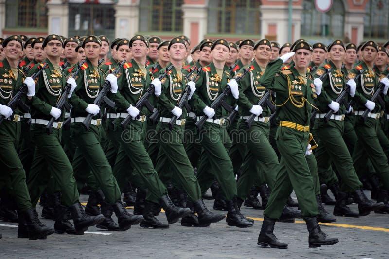 第27分开的卫兵动力化的步枪塞瓦斯托波尔红色横幅旅团的战士在游行期间的在红场 库存照片