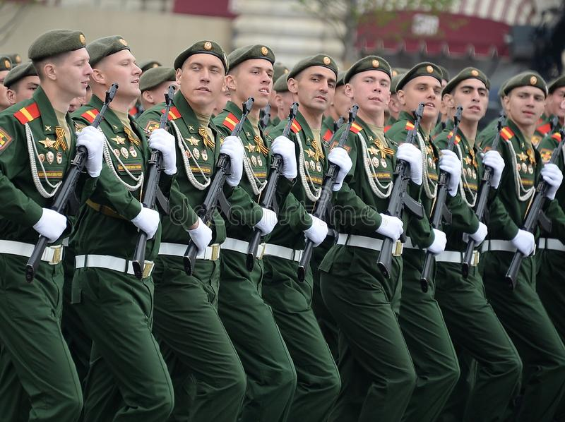 第27分开的卫兵动力化的步枪塞瓦斯托波尔红色横幅旅团的战士在游行期间的在红场 免版税库存图片