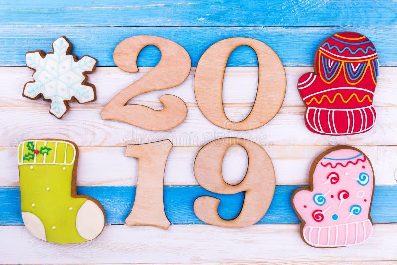第2019年,在木背景的姜饼 免版税库存图片