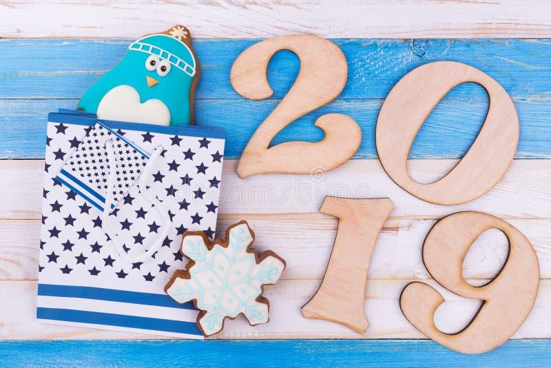 第2019年,姜饼,在木背景的礼物袋子 库存照片
