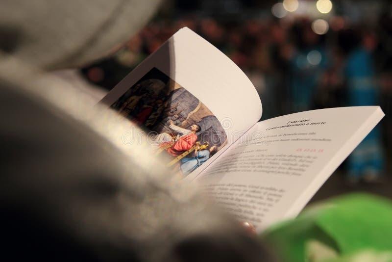 弗朗西斯教皇用苦路的祷告主持的我 免版税图库摄影