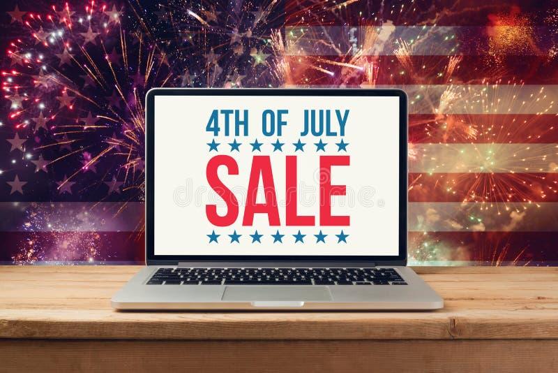第4 7月销售概念 免版税库存照片